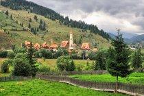 Nowo budowany klasztor gdzieś po drodze