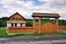 Nowo postawiony dom, nowo rzeźbiona brama