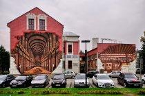 Odważny mural na ścianie Starej Szkoły