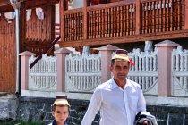 Ojciec z synem idący do kościoła