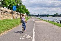 Oryginalne oznakowanie drogi rowerowej w Krakowie
