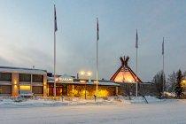 Oświetlony hotel Sokos w Kuusamo