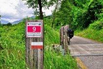 Oznaczenie drogi rowerowej w dolinie Rendena