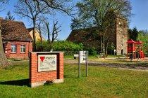 Pamiątkowa tablica Marszu Śmierci więźniów z obozu Sachsenhausen - Dorf Zechlin