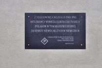Pamiątkowa tablica na stacji Łódź Kaliska