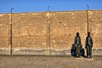 Pamiątkowe rzeźby w obozie koncentracyjnym