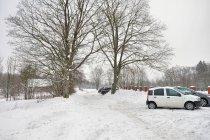 Parking koło leśniczówki w Bilowie. Koło cmentarza.