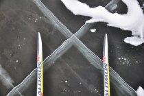 Pęknięcia lodu pod nartami