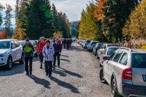 Pełne samochodów ulice koło Szczyrbskiego Jeziora