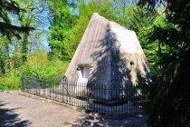 Piramida - grobowiec w parku w Rheinsbergu