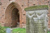 Płyta nagrobna przed kościołem