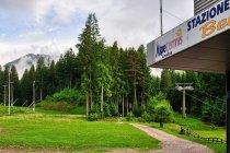 Początek wyciągu i trasy biegowej pod Alpe Cermis