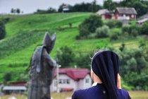 Pod pomnikiem Jana Pawła II w Kaczyce