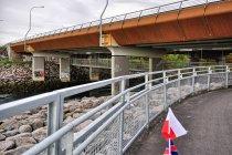Podwieszana droga rowerowa pod mostem