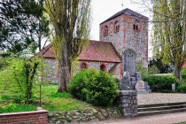 Pomnik żołnierzy i kościół w Sadenbeck