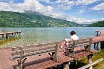 Poranne czytanie nad Lago di Caldonazzo