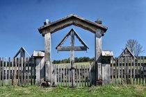 Przed cmentarzem wojskowym w Długiem