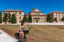 Przed Palazzo Ducale w Parmie