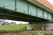 Przerwa pod mostem w Kiezmarku, w tle stanica wałowa