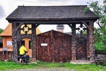 Przez tradycyjną bramę do cerkwi