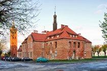 Remontowana ruina ratusza w Pieniężnie
