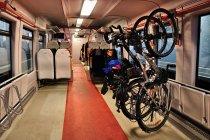 Rowery na hakach w pociągu Pesa
