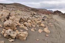 Różne rodzaje skał wyrzuconych przez wulkan