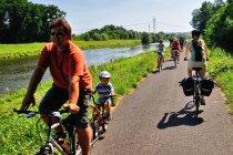 Ruch na drodze rowerowej nad Morawą
