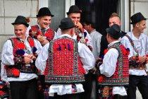 Rumuni w ludowych strojach