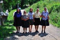 Rumuńskie kobiety wracające z cerkwi