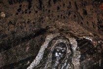 Rzeźba Matki Boskiej na ścianie