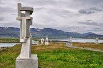 Rzeźba nowoczesna na przedmieściach Reykjaviku. Islandzki alfabet?