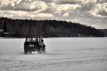 Samochodem po jeziorze