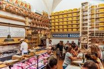 Ser Parmigiano Reggiano w sklepie i restauracji w Bolonii