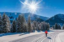 Słońce nad trasą narciarską w dolinie Kleinwalsertal