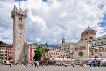 Słoneczny Piazza del Duomo w Trydencie