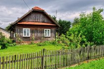 Stary, drewniany dom na Podkarpaciu