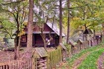 Stary drewniany dom za Brenną