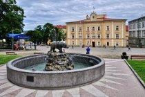 Symbol Przemyśla - niedźwiedź i fontanna na rynku