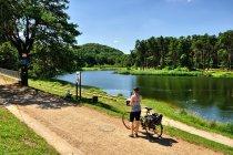 Szlak rowerowy nad stawem Amerykan w Złotym Potoku