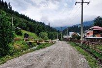 Szutrową drogą w kierunku Rarau