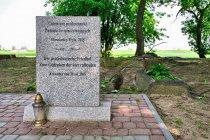 Tablica pamiątkowa na cmentarzu w Trylu