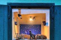 Teatrzyk w oknie na ulicach Predazzo