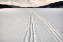 Trasa biegowa po zamarzniętym jeziorze