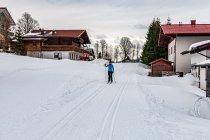 Trasa narciarska między zabudowaniami Ramsau
