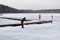 Trenujący na jeziorze uczestnicy biegu