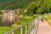 Turyści rowerowi nad Wezerą