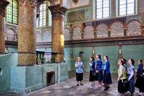 Turystki z Izraela w synagodze w Łańcucie