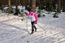 Uczestniczka biegu narciarskiego
