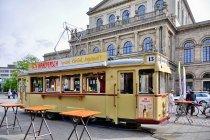 Uliczny bar w starym tramwaju, w tle opera w Hanowerze